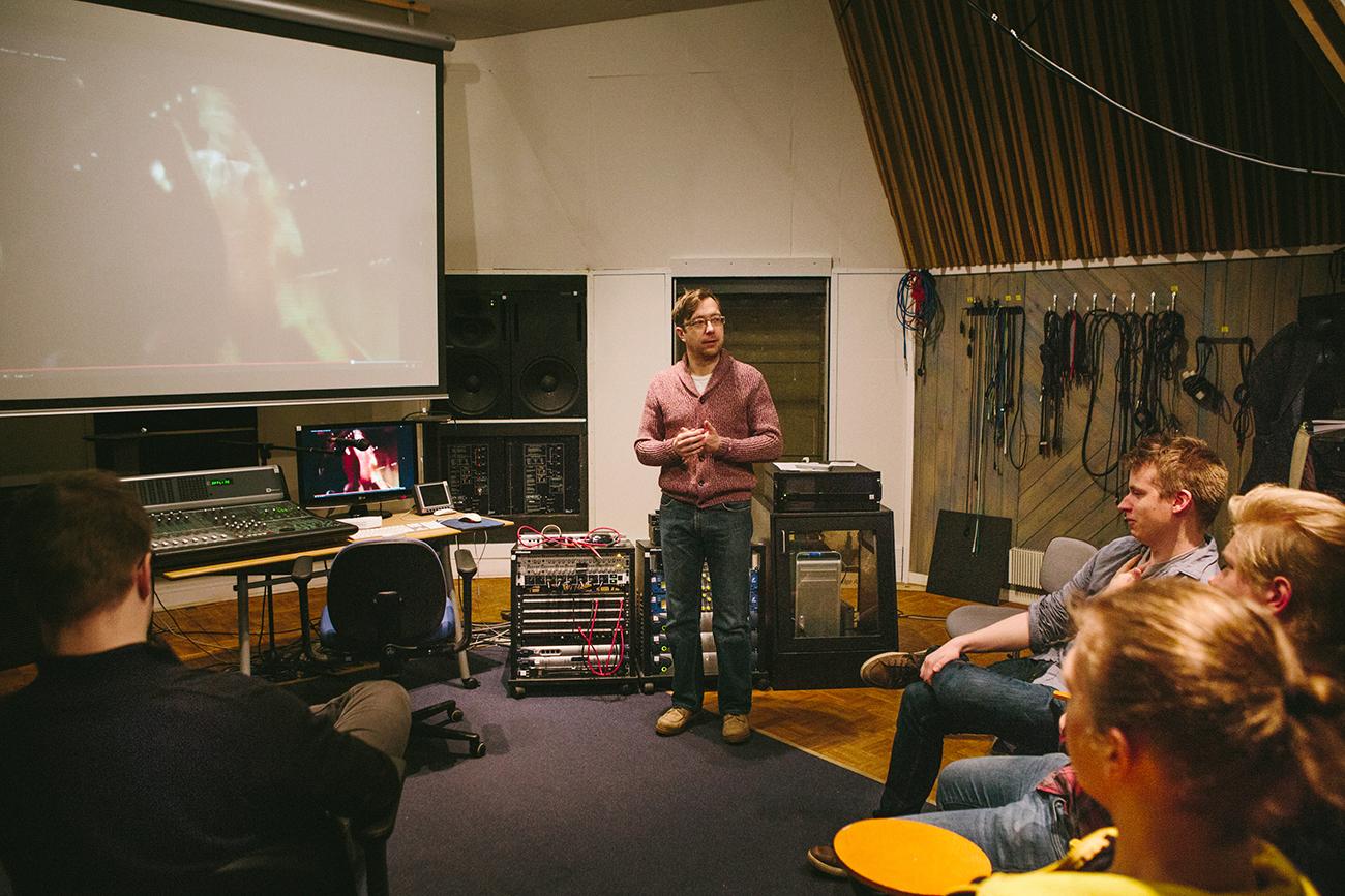 Tomi Pietilä havainnollistaa, mitä eroa on musiikin kuuntelemisella ja kuluttamisella.