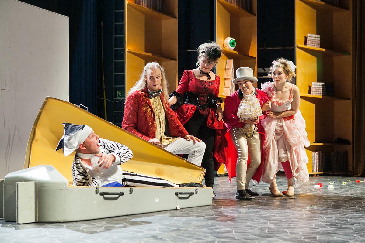 Buonafede (Olli-Tapio Tikkanen, vas.), Ecclitico (Veli-Pekka Varpula), Clarisse (Piia Rytkönen), Ernesto (Veera Aaltonen) ja Flaminia (Roosa Kemppilä) Kuva: Kirsikka Lyhteilä