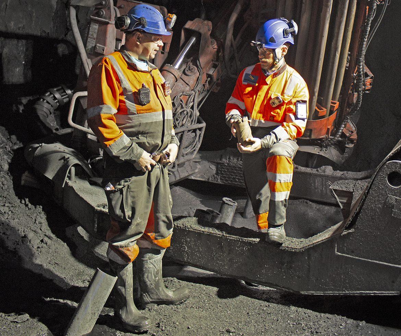 """Tommi Kankkunen (oik.) vaihtaa pitkäreikäporan juurella kuulumiset kaivoksella työskentelevän Esa Junttilan kanssa. """"Täällä on etunimien kulttuuri"""", tuore johtaja kertoo."""